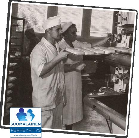 Vanha kuva Rostenin työntekijöistä laittamassa leipää uuniin. Kuvan laidassa on Suomalainen perheyritys -tunnus.